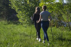 Dwie kobiety spacerują - nordic walking