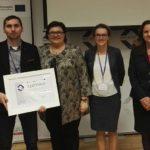Prezes Spółdzielni Socjalnej Dębnianka pozuje z certyfikatem