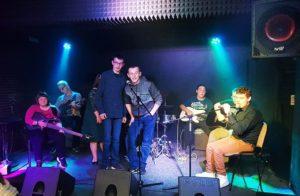 Młodzież na scenie w klubie Vinyl