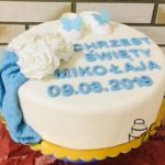 Tort w kolorze białym z niebieskim napisem Chrzest Święty Mikołaja 09.03.2019