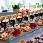 Tarty oraz desery w pucharkach na szklanym stole