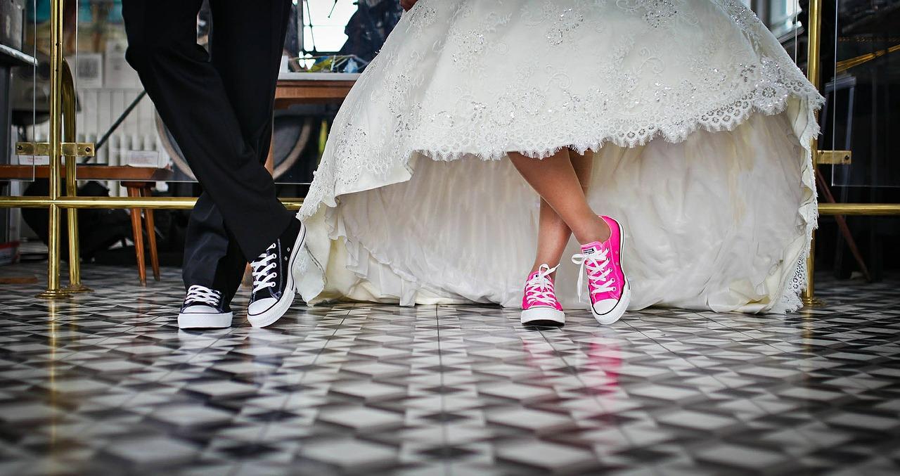 Nogi panny młodej oraz pana młodego w kolorowych trampkach